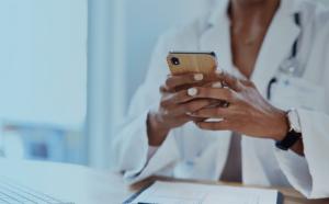 médica utilizando celular como ferramentas digitais para adesão ao tratamento